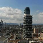 Henninger Turm in Frankfurt - Skyline im Hintergrund - Panoramaaussicht und Restaurant Franzsika in der Turmspitze