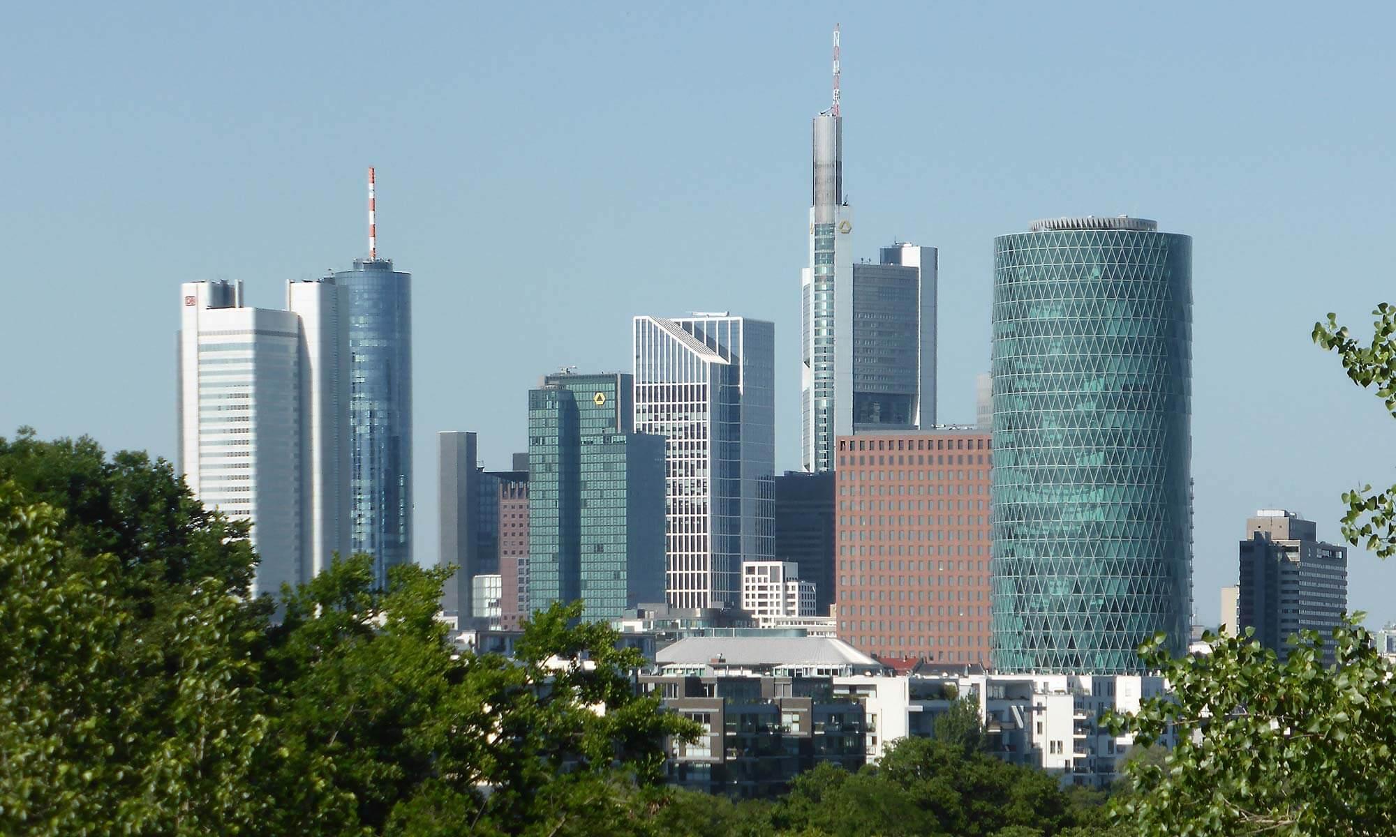 Wolkenkratzer in Mainhattan Frankfurt - von der Uniklinik aus gesehen im Jahr 2016