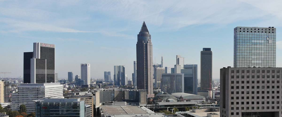 MesseTurm in Frankfurt - und die Skyline von Frankfurt am Main im Hintergrund - rechts: Messe Torhaus - links: Westend Gate Hochhaus - Panorama von Frankfurt
