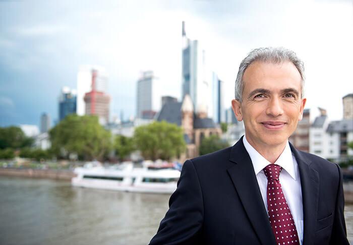 Oberbürgermeister Peter Feldmann (SPD) vor der Frankfurter Skyline im Jahre 2017