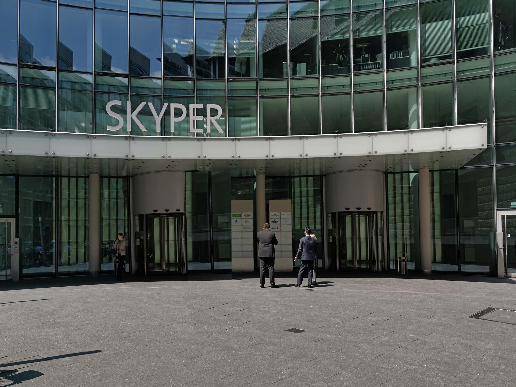 SKYPER Frankfurt - Eingang vom Bürohochhaus im Bankenviertel