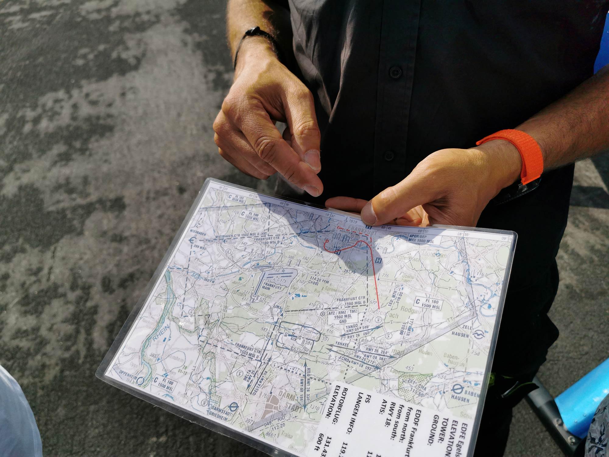 Der Pilot erklärt die Flugroute für den Panoramaflug Frankfurt Skyline