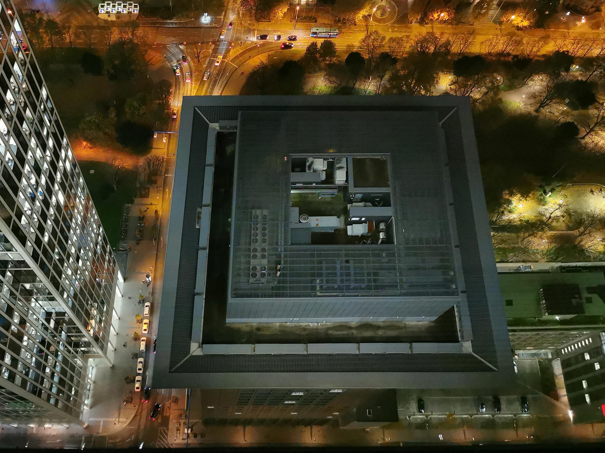 Japan Center Frankfurt - Dachaufnahme - Dach Japan Center nachts - Bankenviertel von oben