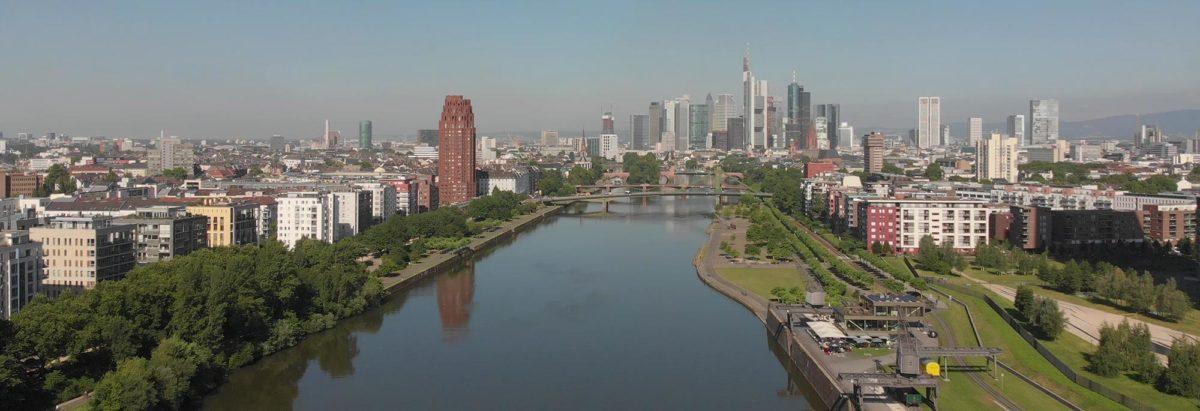 Skyline Frankfurt am Main - Hochhaus-Skyline - Stadtsilhouette aus Wolkenkratzern - vom Fluß Main aus gesehen - Jahr 2019