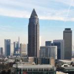 Messeturm Frankfurt am Main - Bürohochhaus im Architekturstil Art Deco - Wolkenkratzer mit Pyramide auf dem Dach - Bleistift-Hochhaus