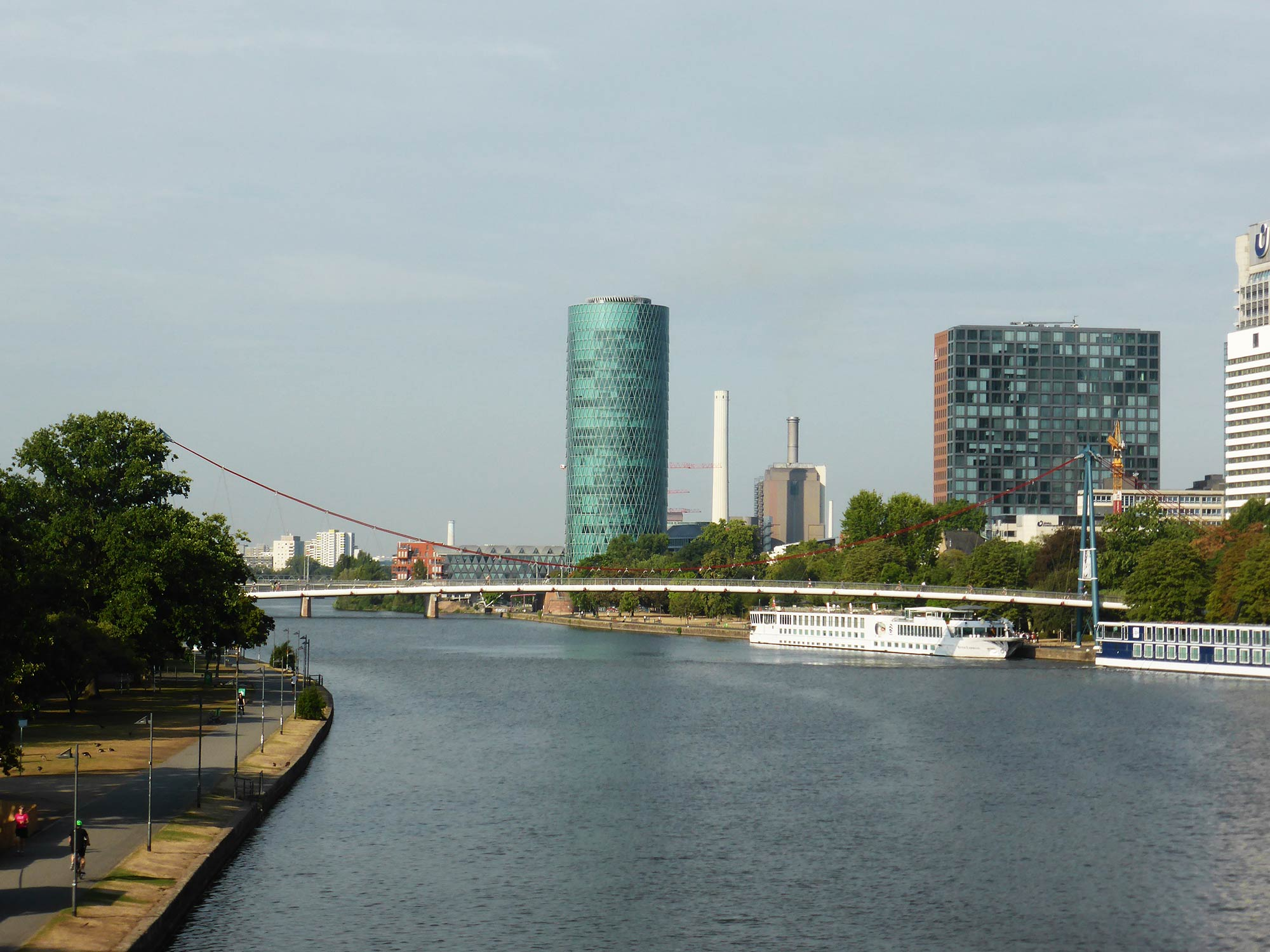 Mainufer in Frankfurt mit Westhafen in der Bildmitte - Main Frankfurt