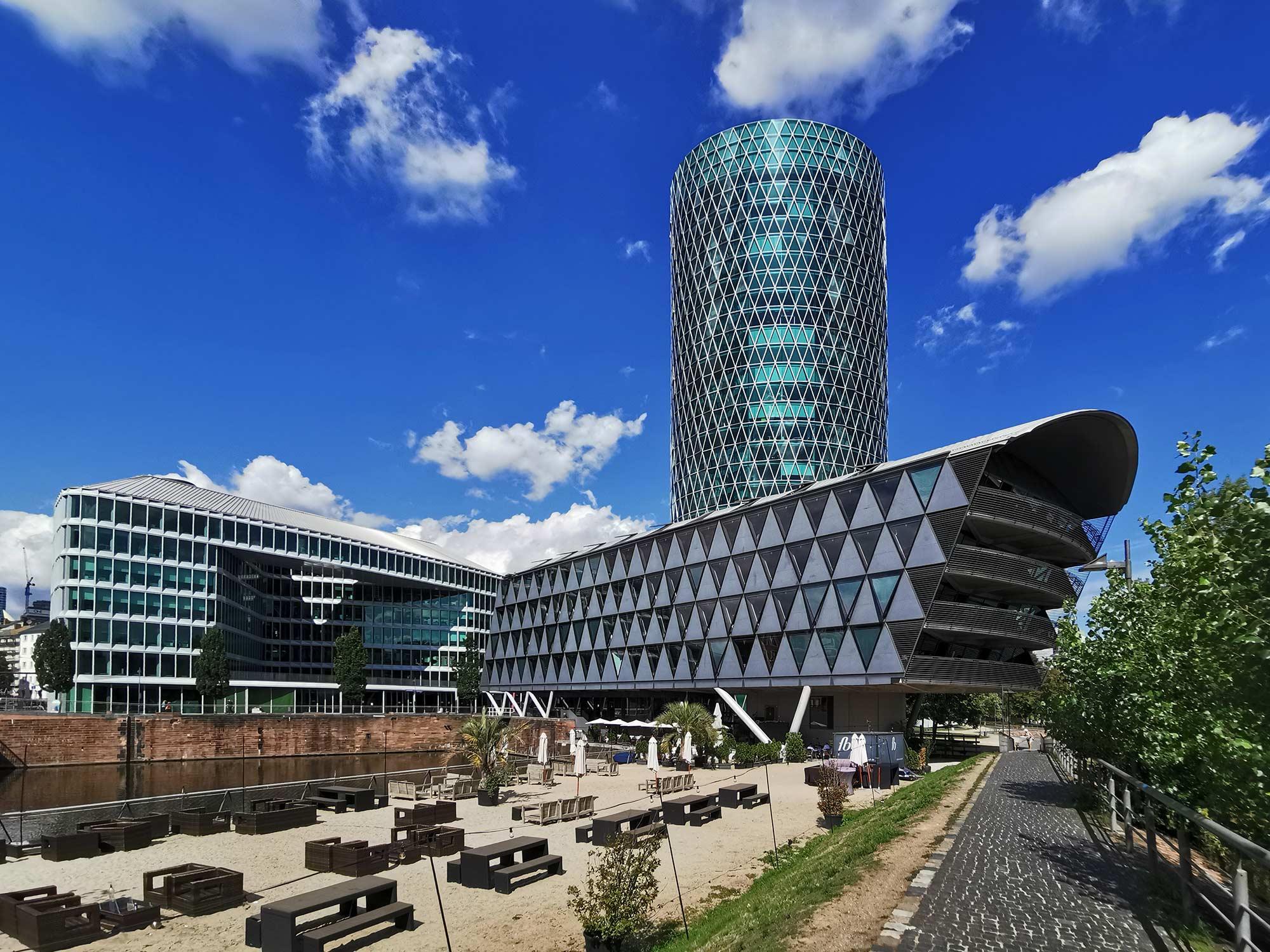 Westhafen-Haus (links), Brückengebäude (rechts) und Westhafen Tower (hinten) - alles entworfen vom Architekturbüro schneider+schumacher BDA