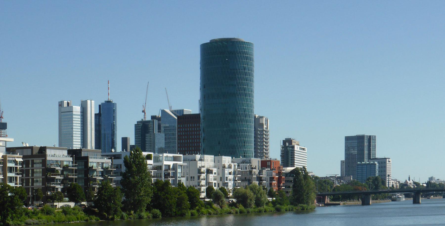 Westhafen Tower in Frankfurt am Main - Modernes Bürohochhaus am Mainufer - Architekt Schneider und Schumacher - Ebbelwoi Glas