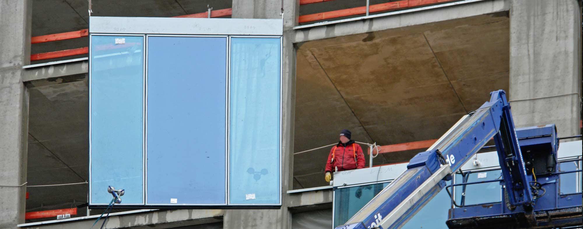 Energieeffizienz bei Hochhausfassaden - Installation von Fassadenelement an einem Hochhaus