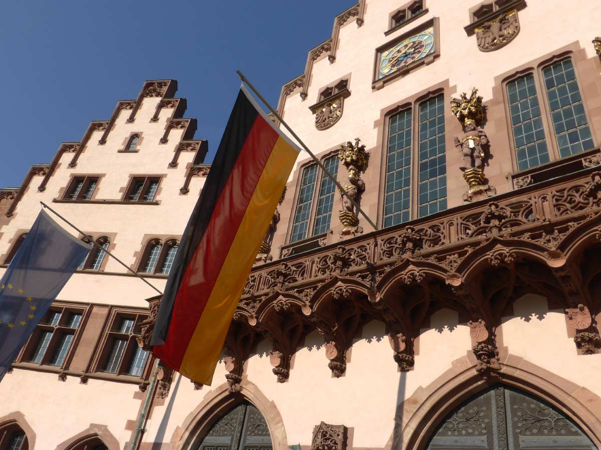 Der Römer - Historisches Rathaus in Frankfurt - Deutschlandfahne und EU-Fahne