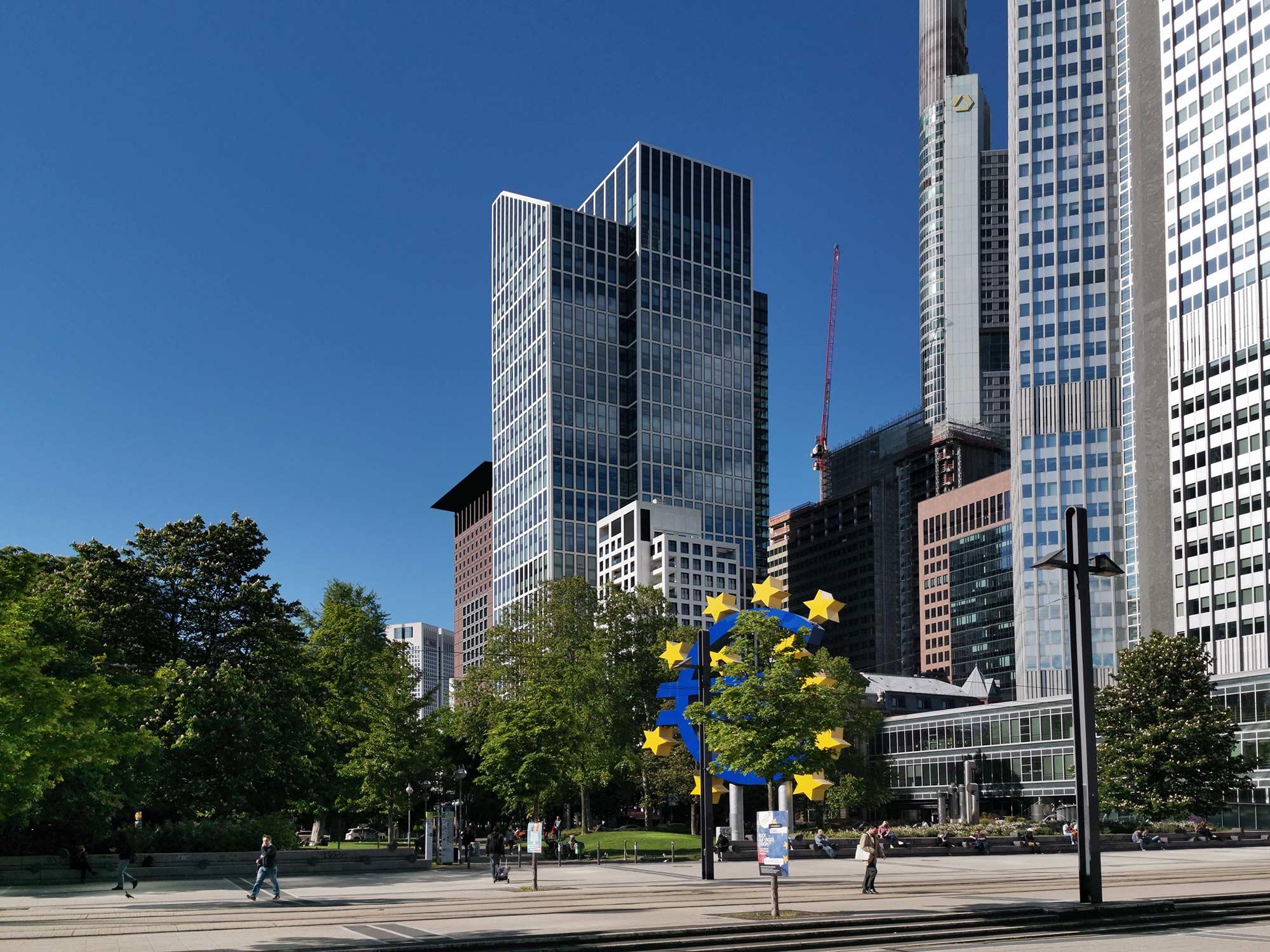 TaunusTurm Frankfurt - Hochhaus im Bankenviertel - Wolkenkratzer CBD - Büroflächen