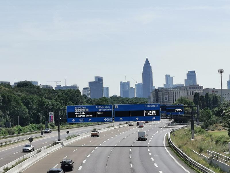 A648 - Autobahn 648 - Zufahrt nach Frankfurt von Westen kommend - Blick auf die Skyline der Stadt Frankfurt