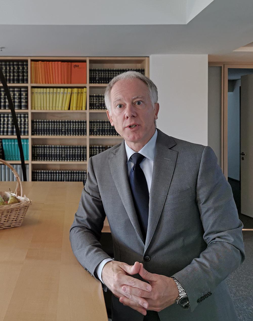 Immobilien sind sein Spezialgebiet: Prof. Dr. Pützenbacher kennt sich mit Planungs- und Baurecht bestens aus
