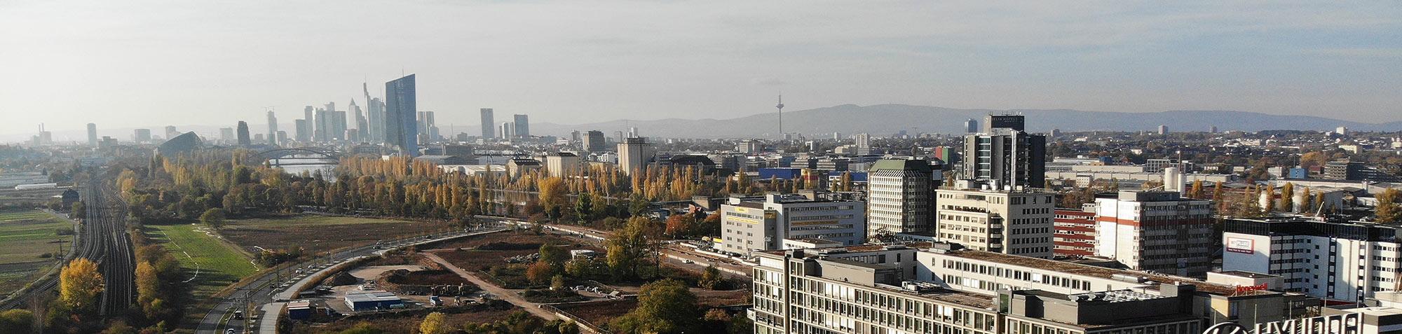 Offenbach (vorne) und Frankfurt (hinten) wachsen zusammen: Hochhäuser dominieren zunehmend den urbanen Raum