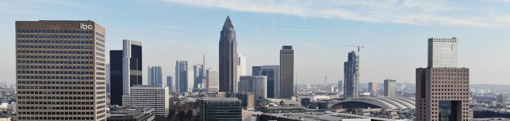 Die beühmte Skyline von Frankfurt - die Anzahl der Wolkenkratzer wächst jedes Jahr - Drohnenaufnahme von Frankfurt - Frankfurt Panorama von Westen aus gesehen