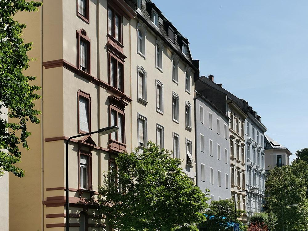 Ist Wohnen in der Innenstadt ein Luxusgut geworden? Wohnhäuser im Westend von Frankfurt - Häuserzeile mit Wohnungen