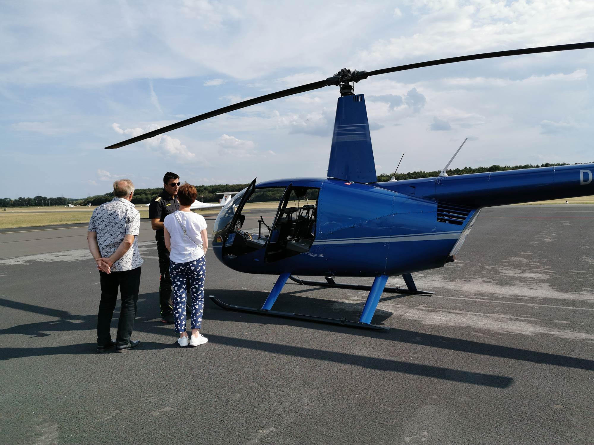 Helikopter Flug Frankfurt günstig mit Helifliegen.de - Pilot informiert Fluggäste über den Heliflug zur Frankfurter Skyline