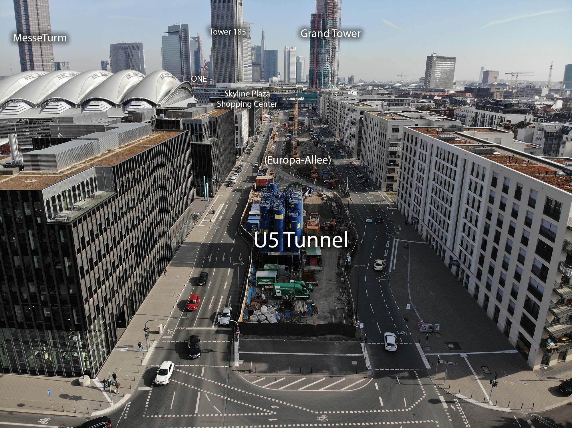 Europa-Allee in Frankfurt am Main - Mitten im Europaviertel östlicher Teil an der Emser Brücke - Baustelle U-Bahn Stadtbahn U5 im Vordergrund im Oktober 2019