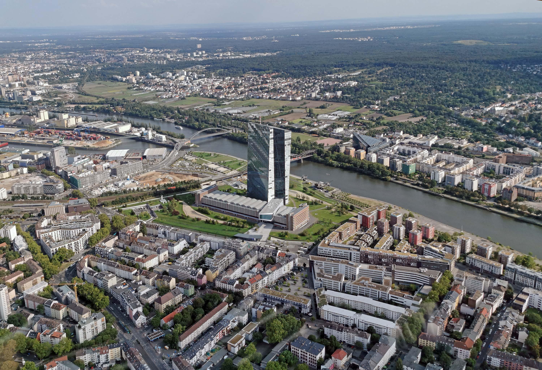 Luftbild EZB Frankfurt hochauflösend - Hauptsitz Europäische Zentralbank in Frankfurt am Main - Luftaufnahme per Drohne - EZB Bild Hubschrauber