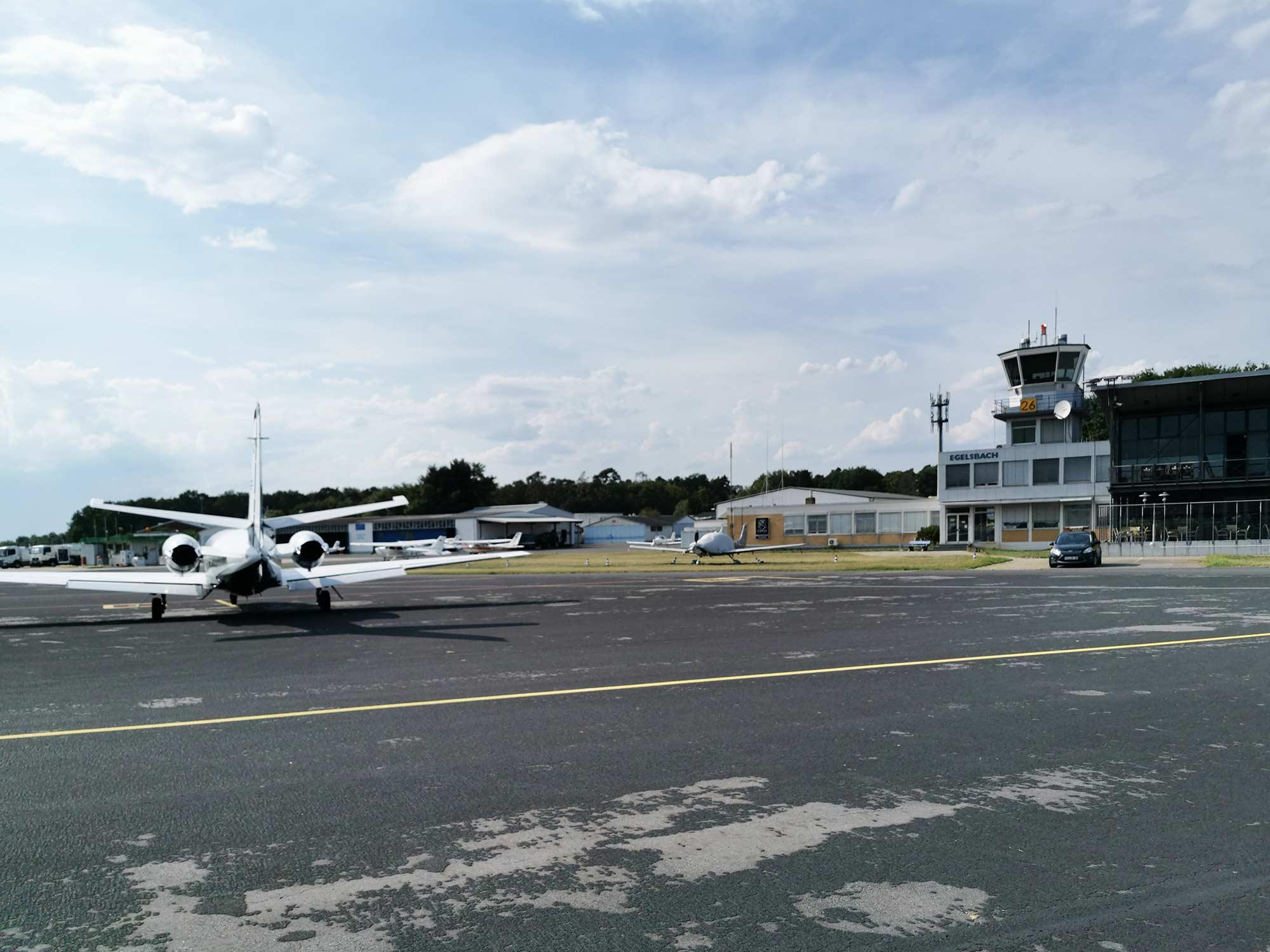Flughafen Frankfurt-Egelsbach - der größte Flugplatz in Deutschland - Düsenjet auf dem Vorfeld