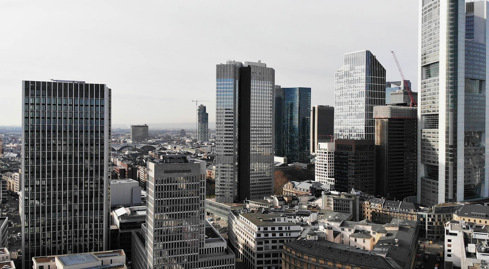 Frankfurter Bankenviertel - Luftbild Wolkenkratzer - Luftaufnahme Hochhäuser - Drohnenaufnahme Bankenviertel
