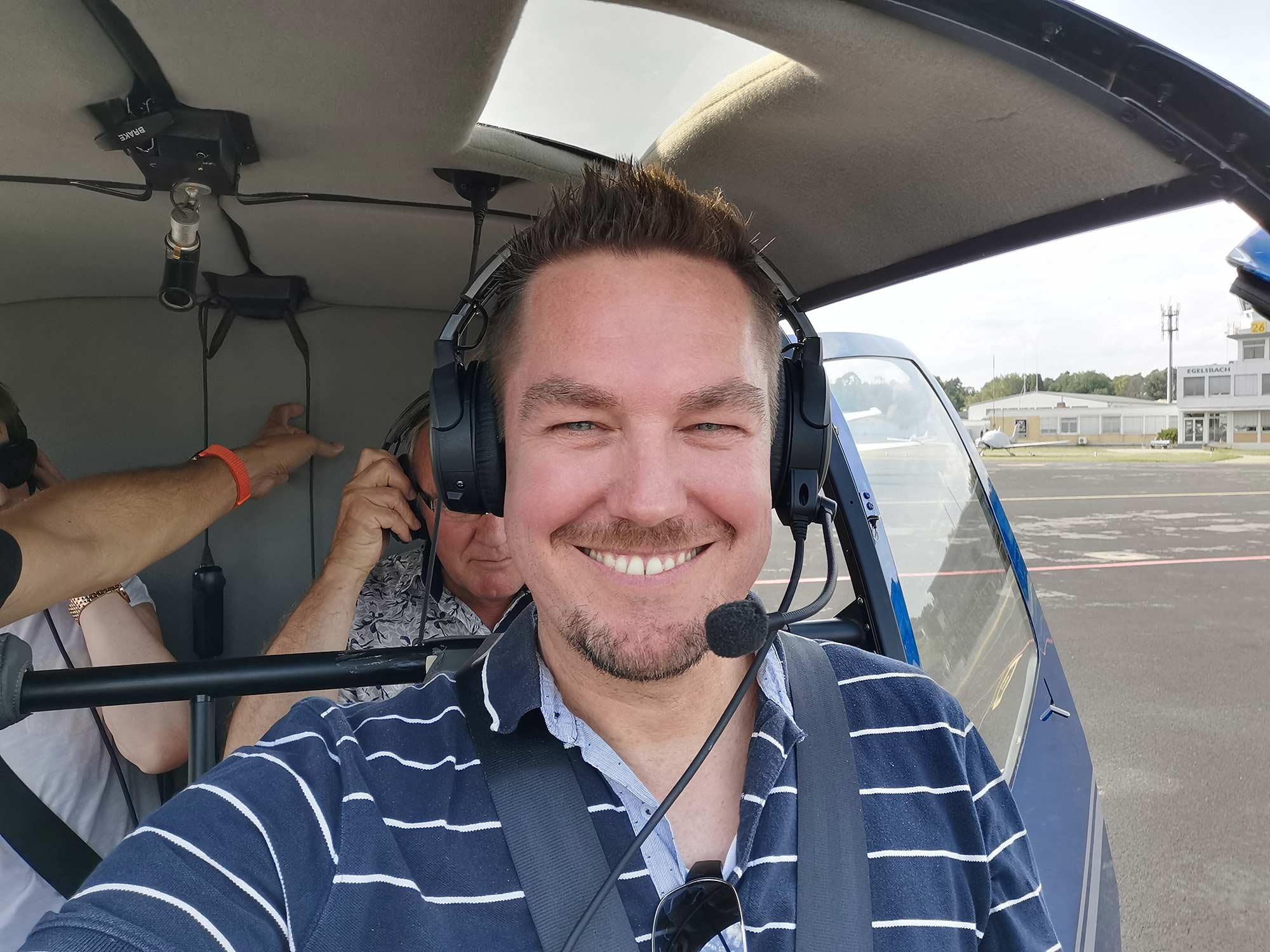 Ohne Ohrenschutz kein Flug - Sicherheit muß sein - Skylineflug Frankfurt mit dem Helikopter von Helifliegen
