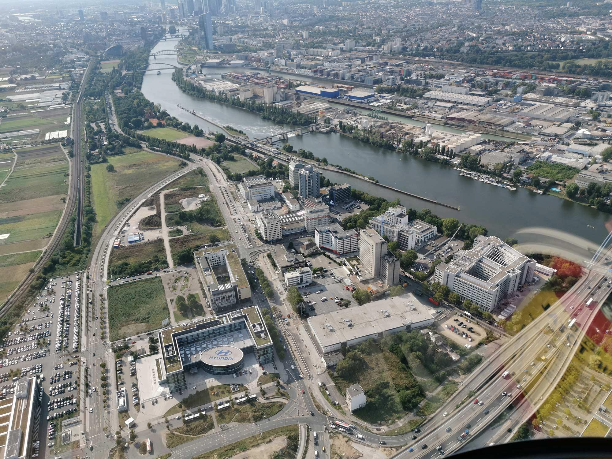 Kaiserlei-Gebiet Offenbach - der Fluß Main im Hintergrund - Luftaufnahme aus dem Hubschrauber