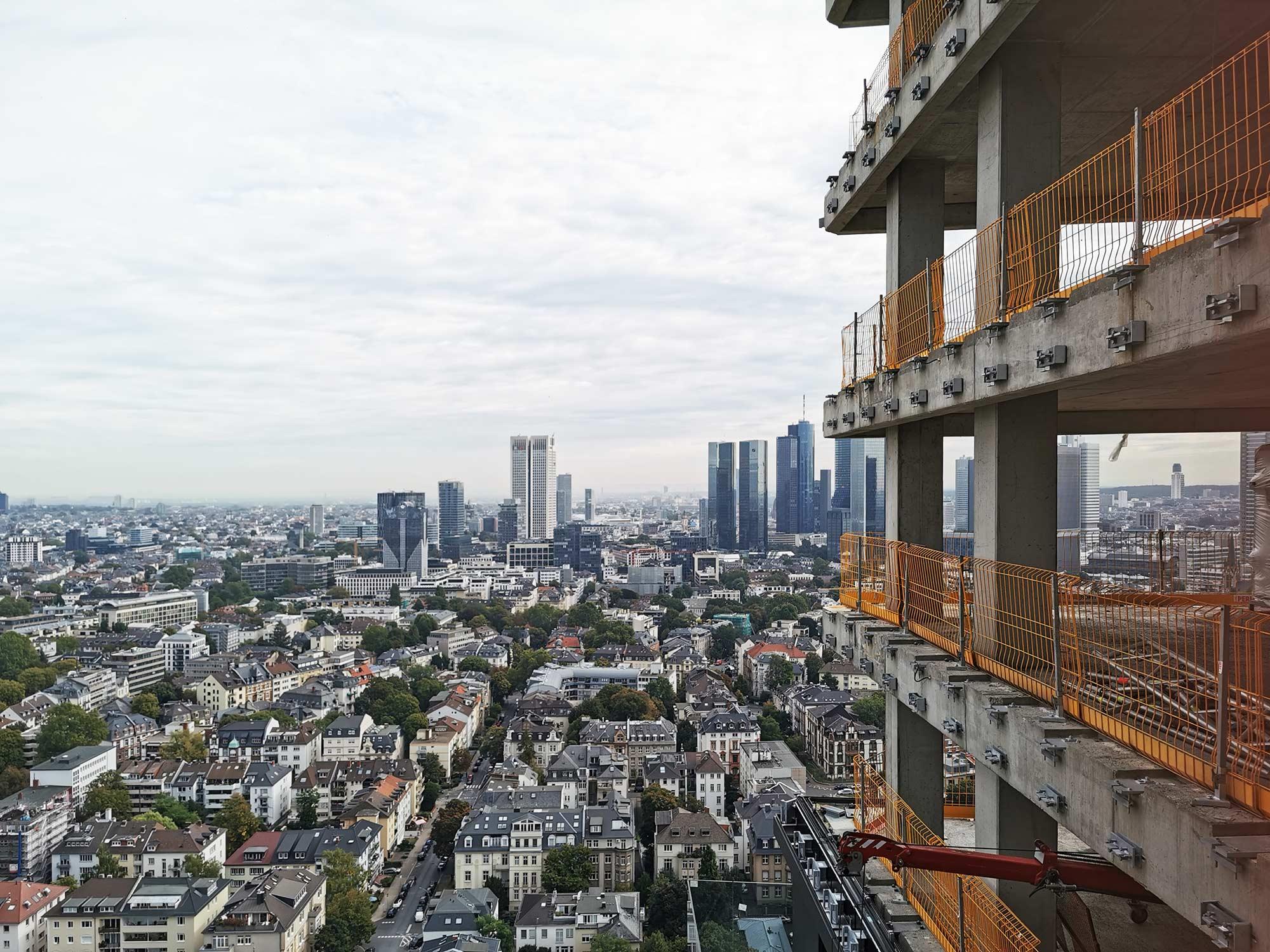 ONE FORTY WEST - Hochhausbaustelle - Skylineblick Frankfurt - Hochhausturm im Bau