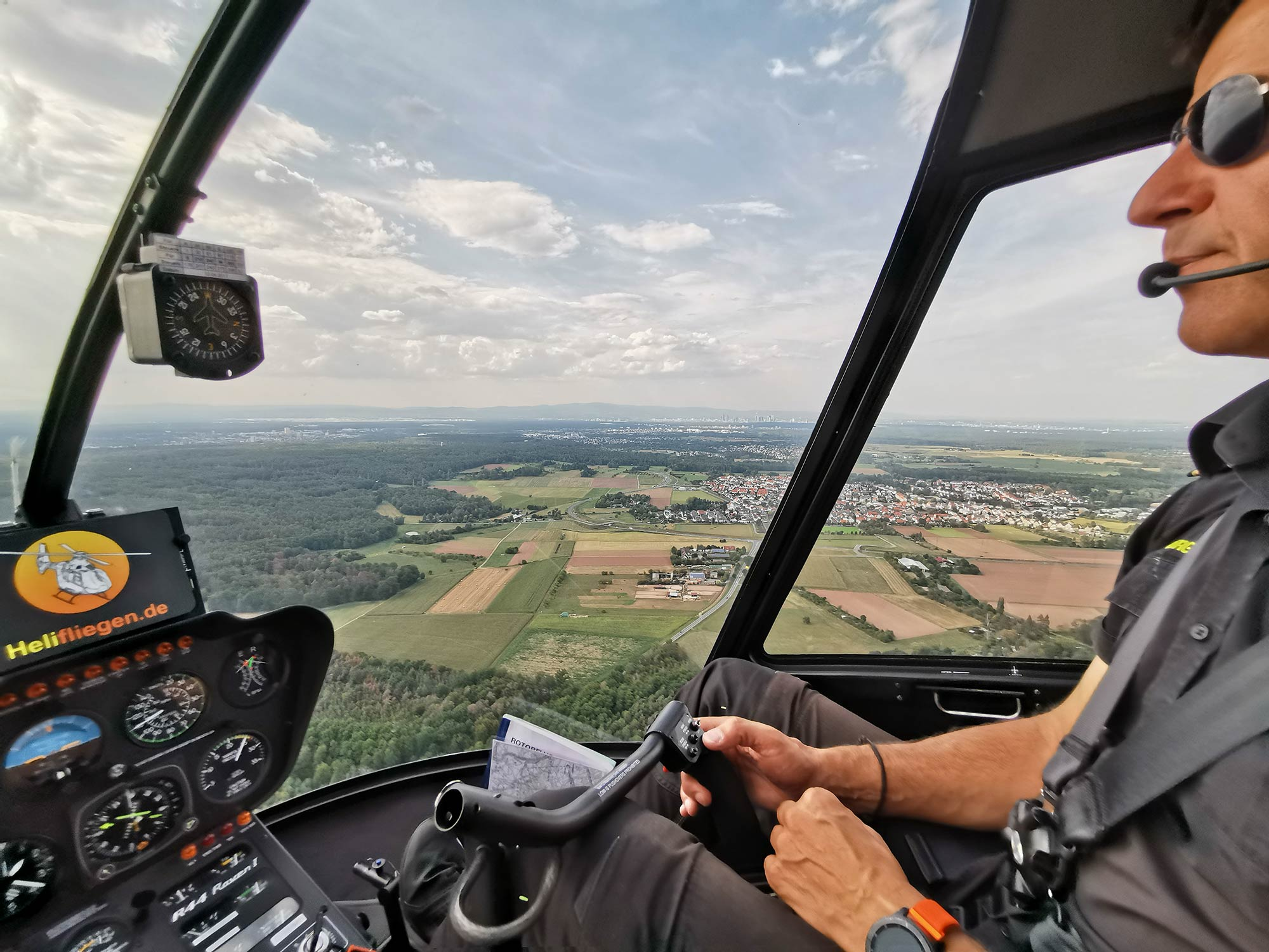 Pilot im Helikopter - Rundflug mit Helifliegen über den Landkreis Offenbach bis Frankfurt