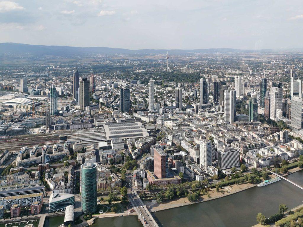 Skyline-Foto Frankfurt - Luftaufnahme - Mainhattan und seine Wolkenkratzer im August 2019
