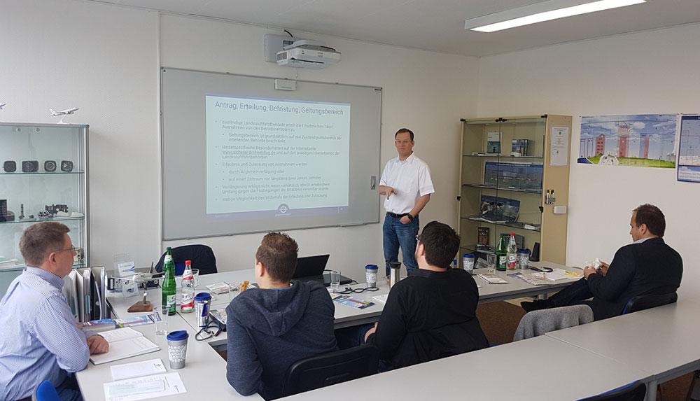 Eisenschmidt GmbH in Egelsbach - DFS - Deutsche Flugsicherung - Drohnenführerschein machen - Kursraum mit Teilnehmern - Lernen für den Kenntnisnachweis Drohne