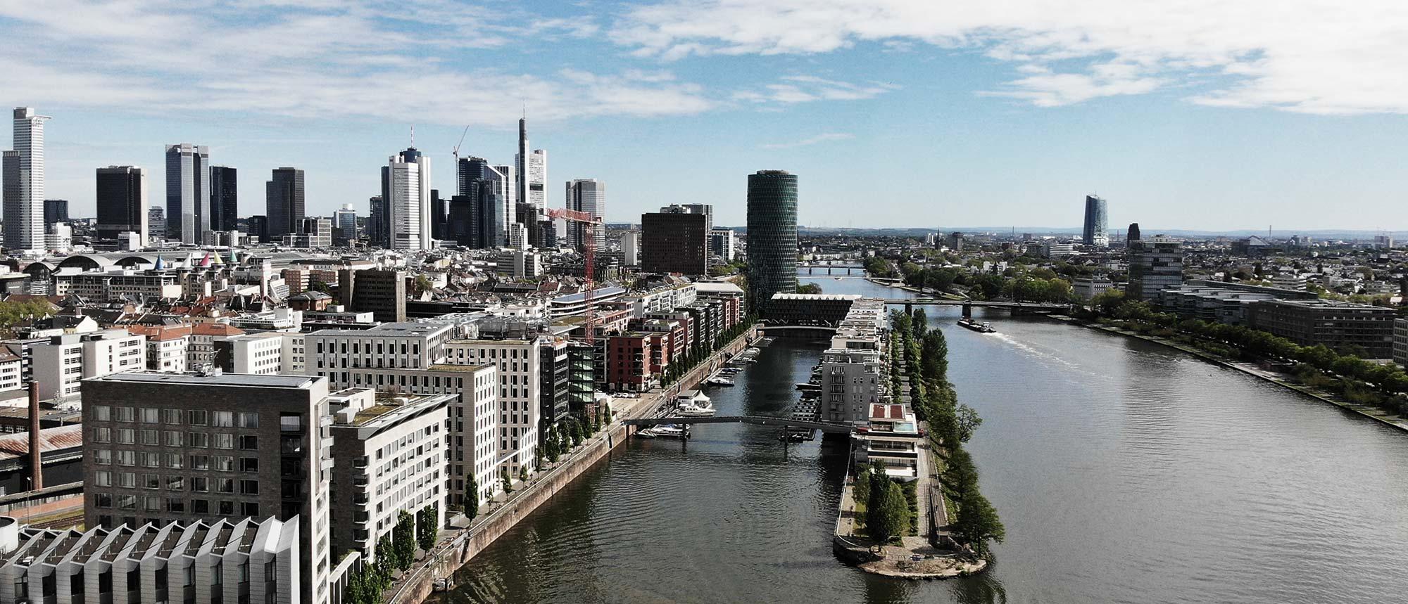 Frankfurt Westhafen - Drohnenflug über dem Main und neben einer Bahnlinie - Luftaufnahme Skyline Frankfurt - Mainufer - Luftbild Frankfurt mit DJI Drohne fotografiert