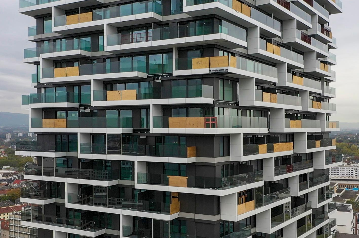 ONE FORTY WEST der Commerz Real in Frankfurt - Architektur Cyrus Moser Architekten - Installation der Balkone