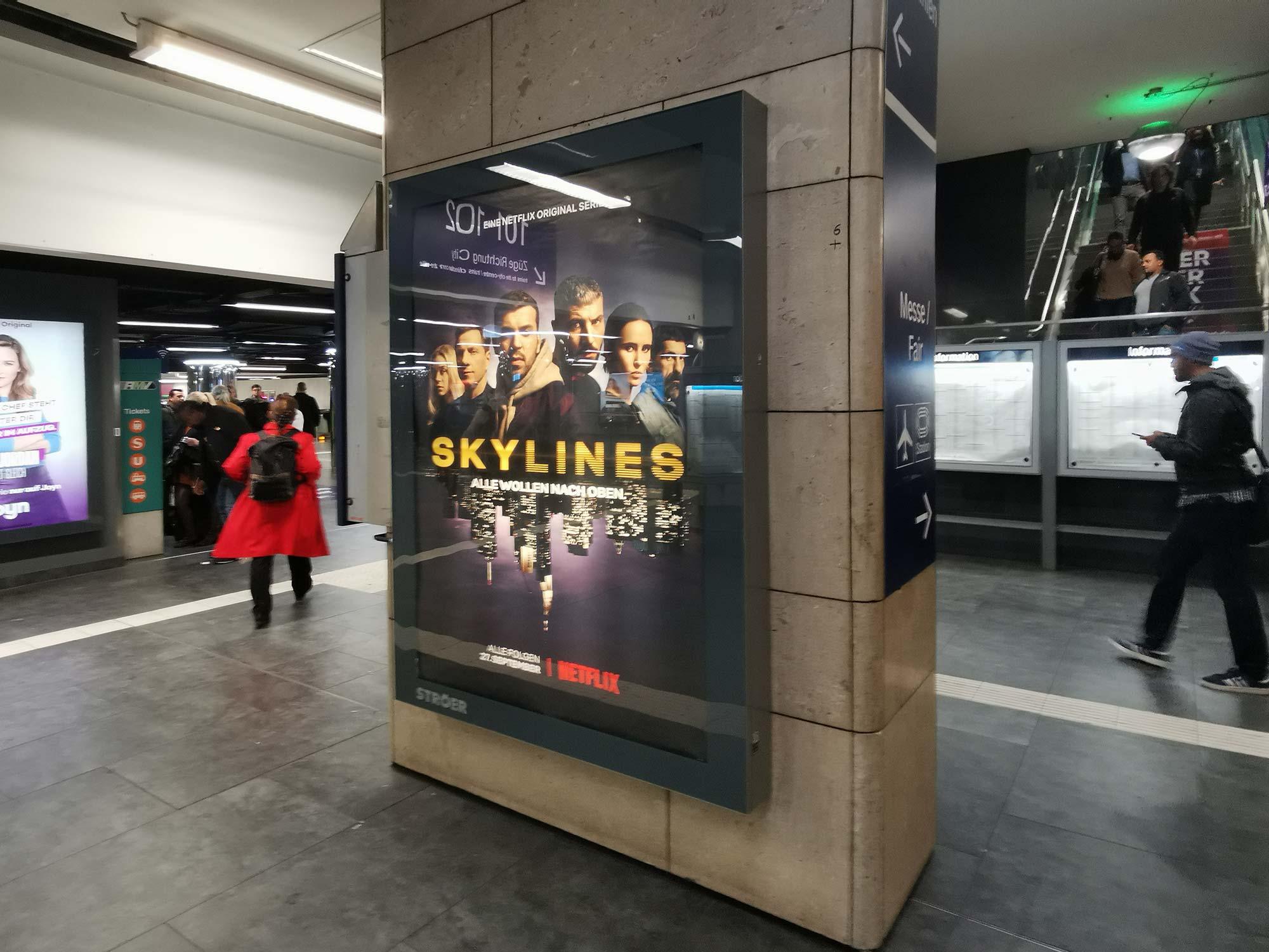 Skylines - Alle wollen nach oben - Werbung im Hauptbahnhof Frankfurt für die Netflix-TV-Serie