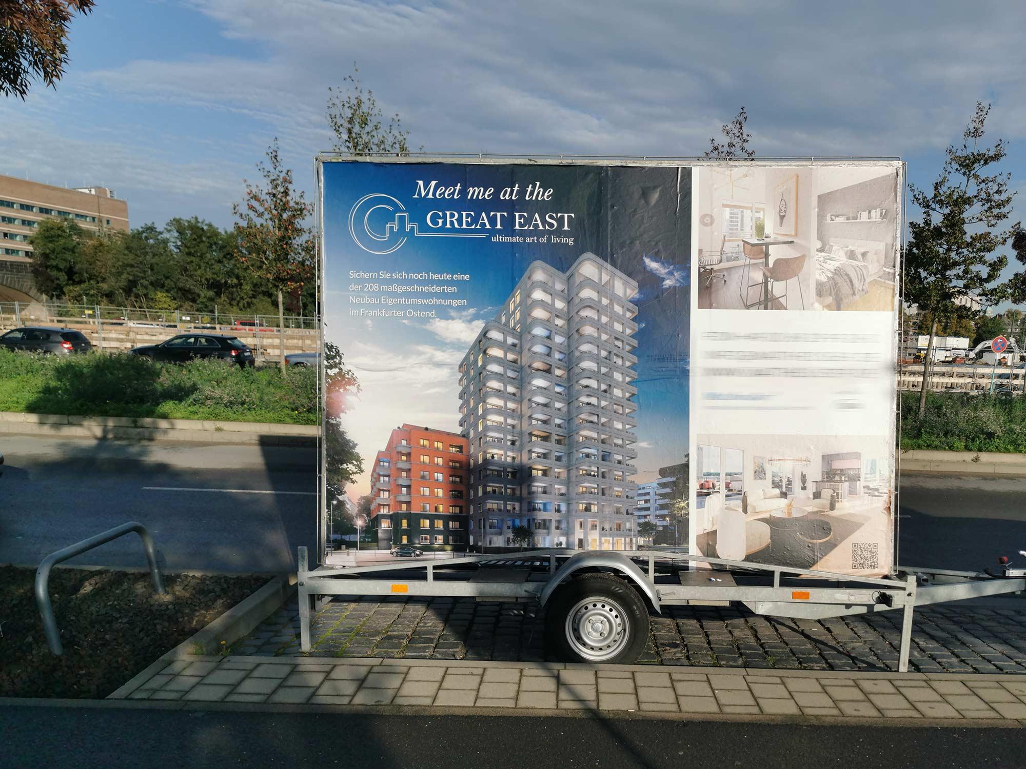 Werbeschild The Great East Frankfurt - Hochhaus mit Eigentumswohnungen im Ostend Frankfurt am Main - Immobilienangebot Neubau Wohnungen