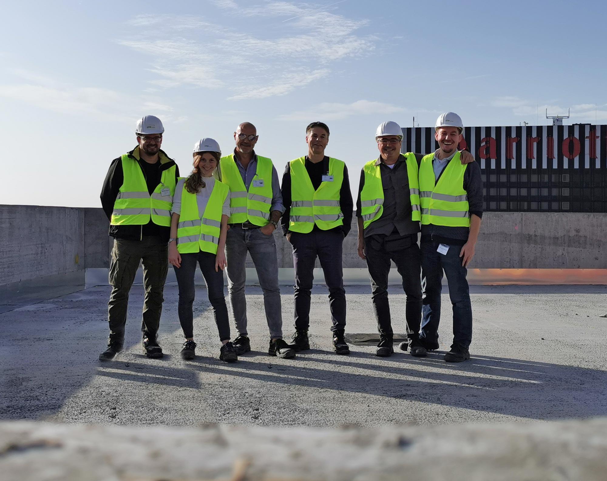 Das Team von cyrus moser architekten trifft auf den SKYLINE ATLAS für Dreharbeiten am ONE FORTY WEST