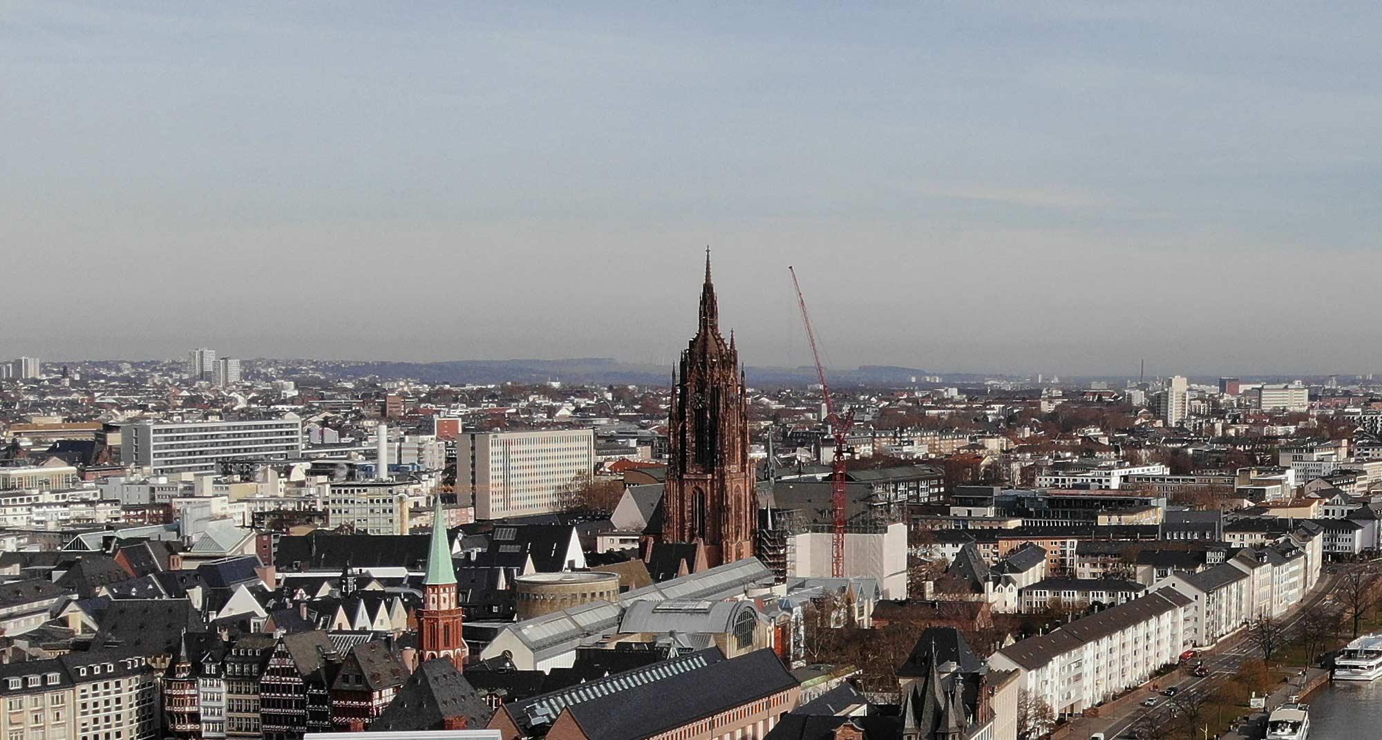 Dom Frankfurt am Main - Kaiserdom in Frankfurt - Stadtpanorama mit Kirchturm