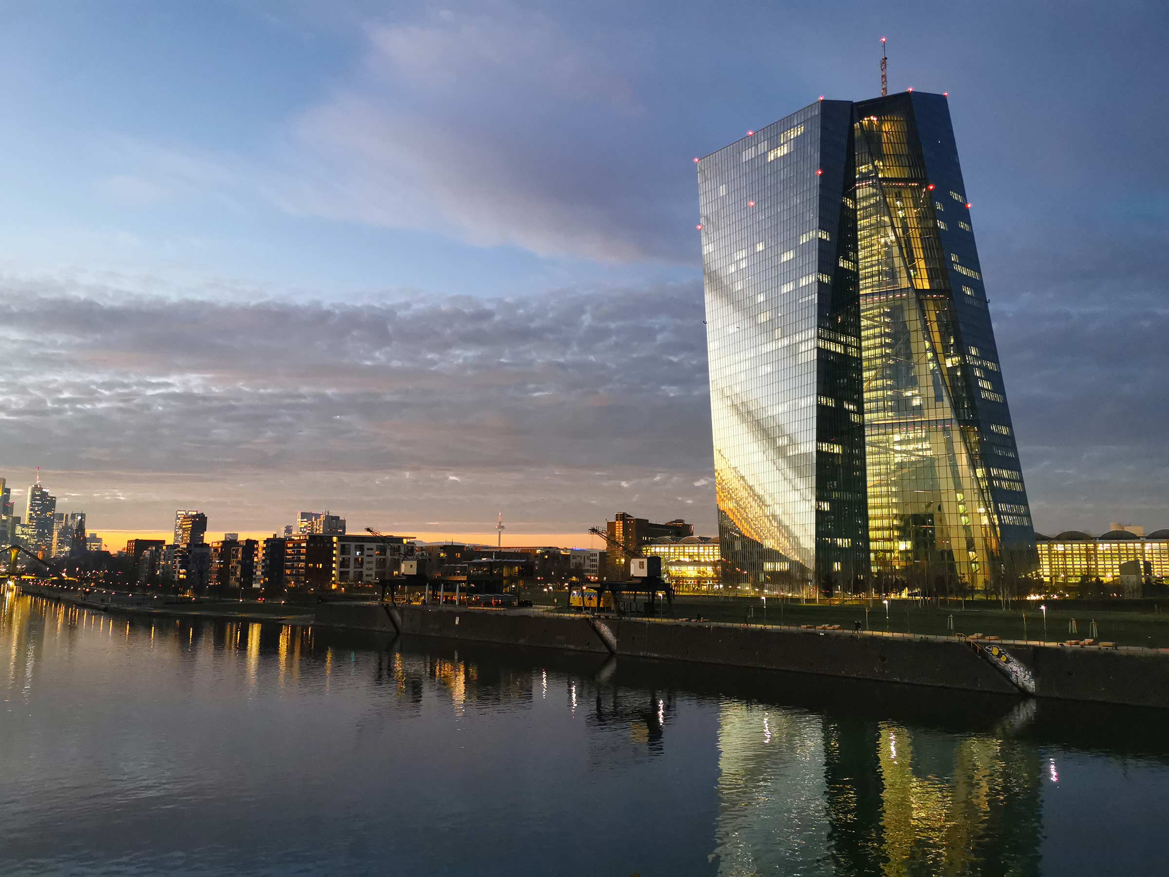 EZB Frankfurt Zentrale bei Nacht - im Hintergrund die Skyline von Frankfurt am Main mit ihren Bankentürmen - Panorama Frankfurt