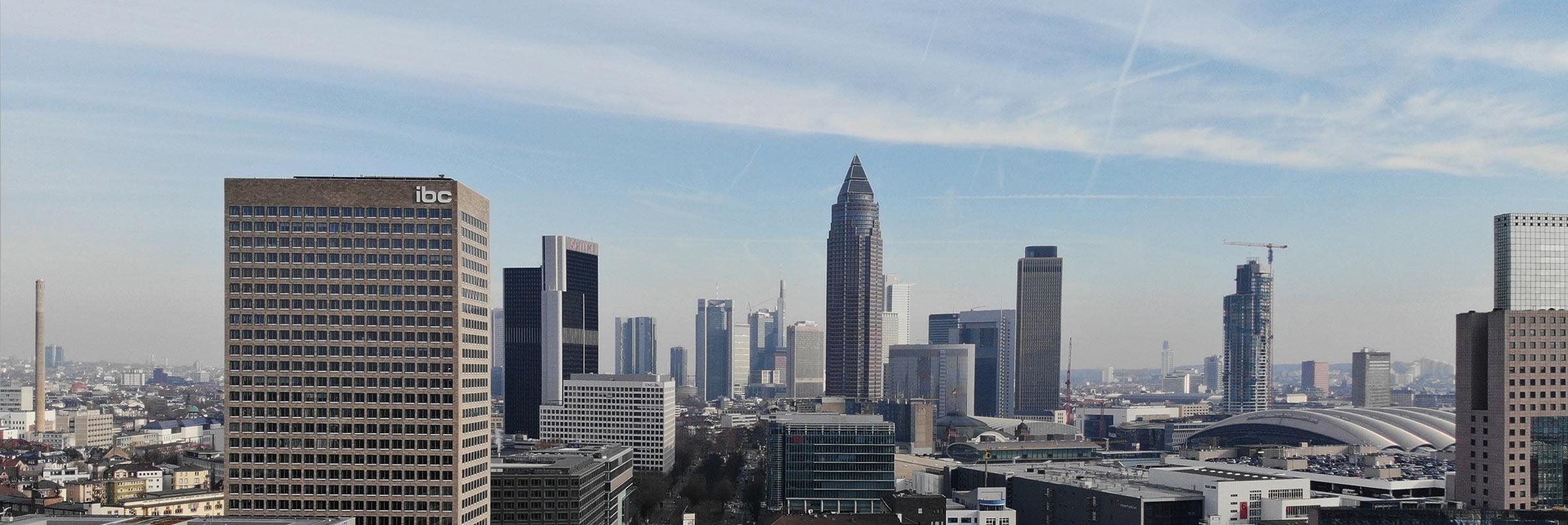 Frankfurt Silhouette der Stadt - Stadtpanorama - Panorama von Mainhattan - Skyline Frankfurt mit IBC Hochhaus und Messegelände - Messeturm Frankfurt in der Mitte vom Bild