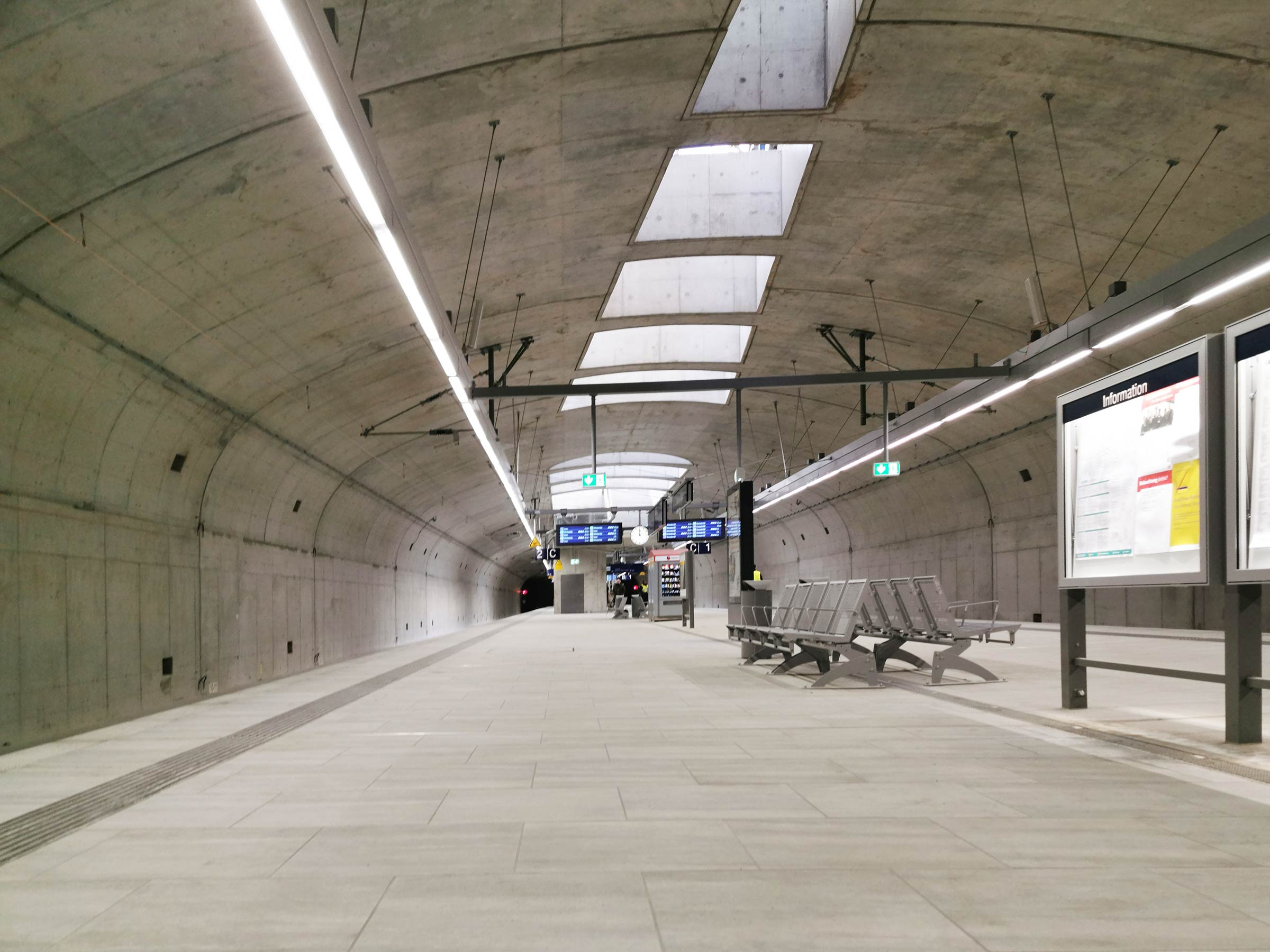 S-bahnstation Gateway Gardens - Neue Bhnhof am Flughafen - S-Bahn-Haltepunkt RMV in Frankfurt Gateway Gardens