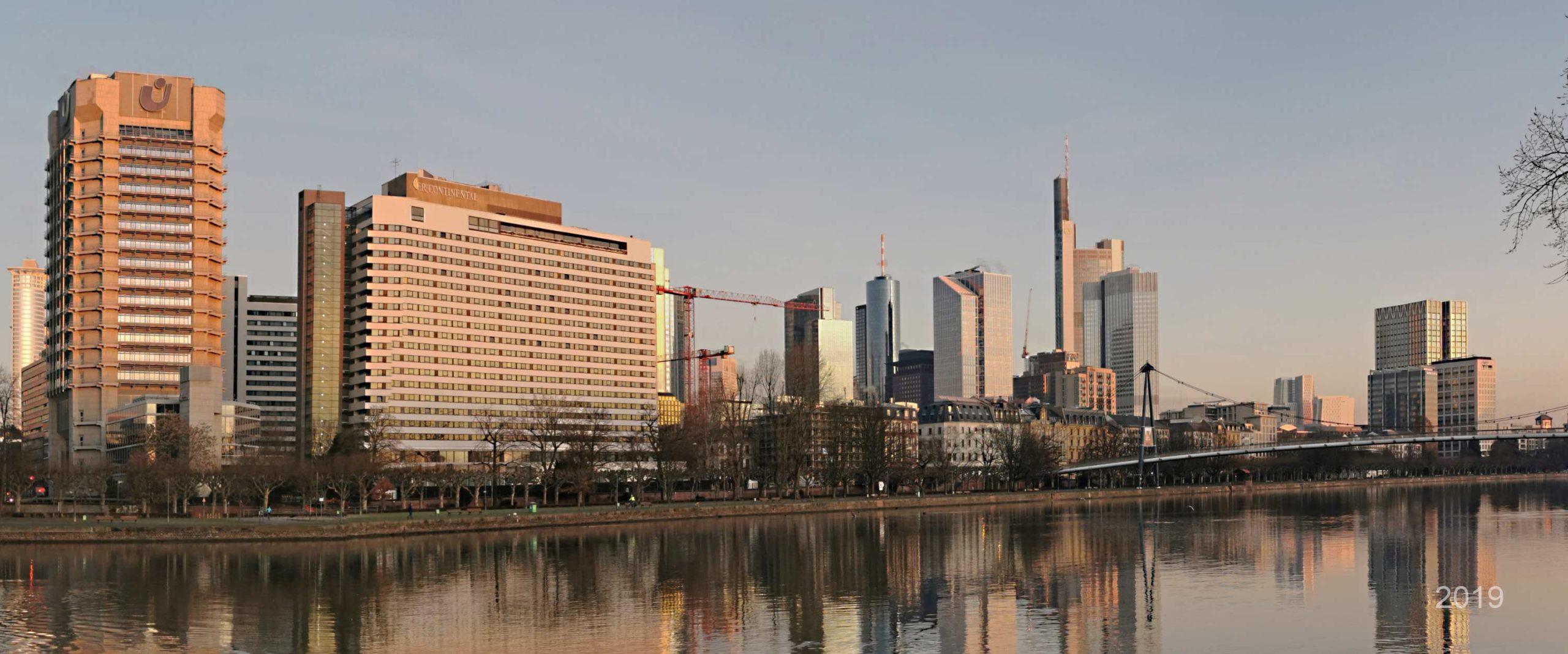 Stadtansicht Frankfurt 2019 - Silhouette von Frankfurt am Main - Stadtpanorama Frankfurt vom Main aus - Skylineaufnahme Bankenviertel und Hochhäuser