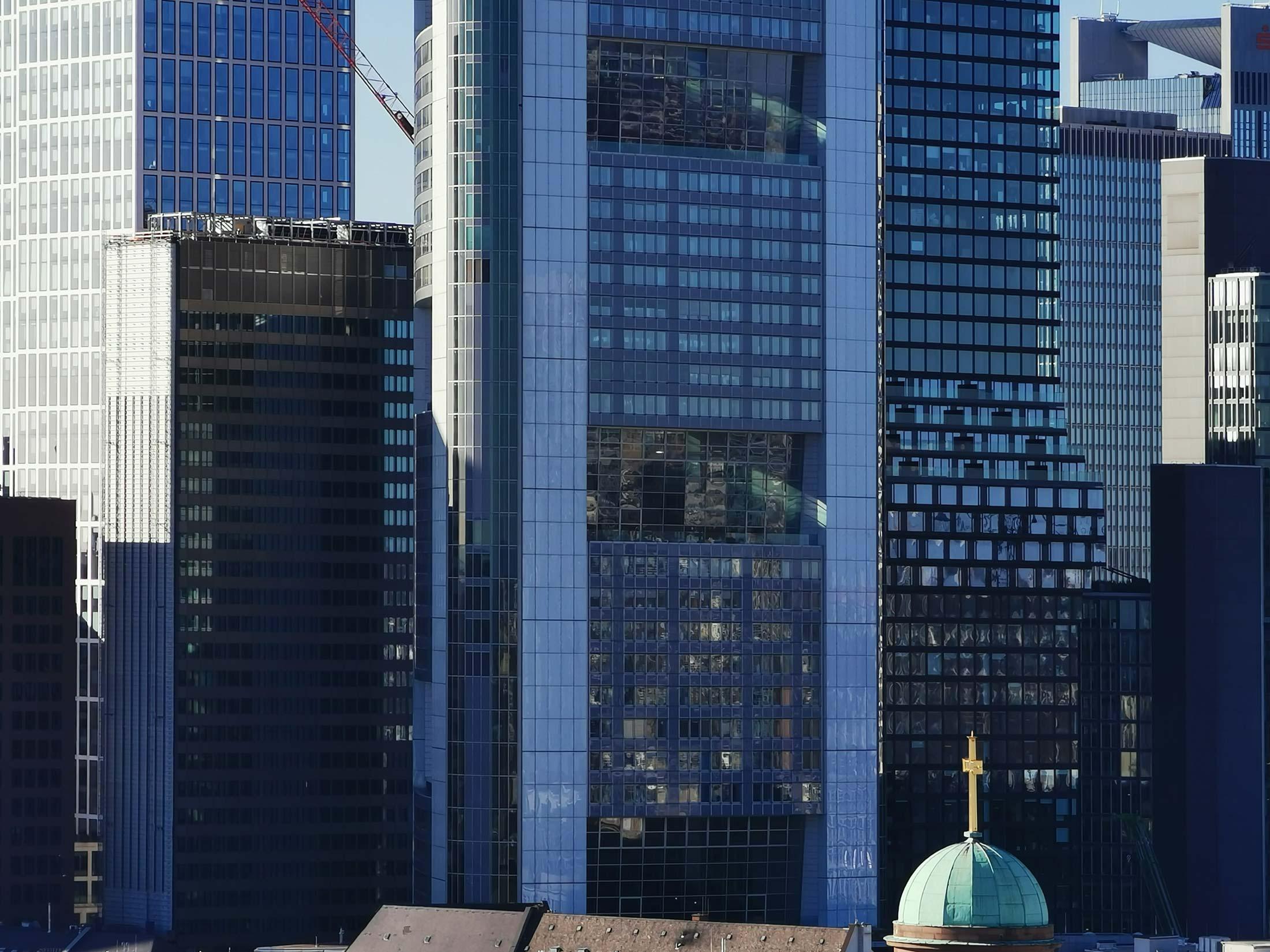 Bankenviertel Frankfurt - Hohe Dichte an Baumassen - Straßenschluchten - Hochhausschluchten
