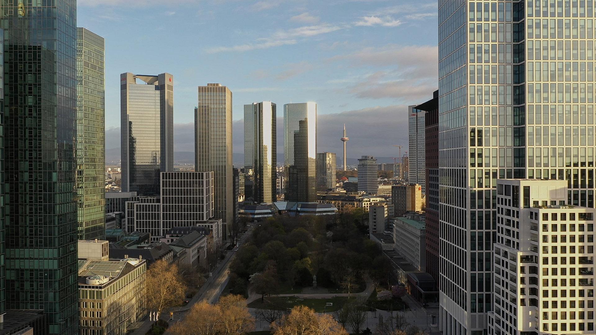 Drohnenaufnahme Frankfurt - Luftbild Frankfurt - Wolkenkratzer im Bankenviertel - Gallusanlage - Wallanlagen aus der Luft