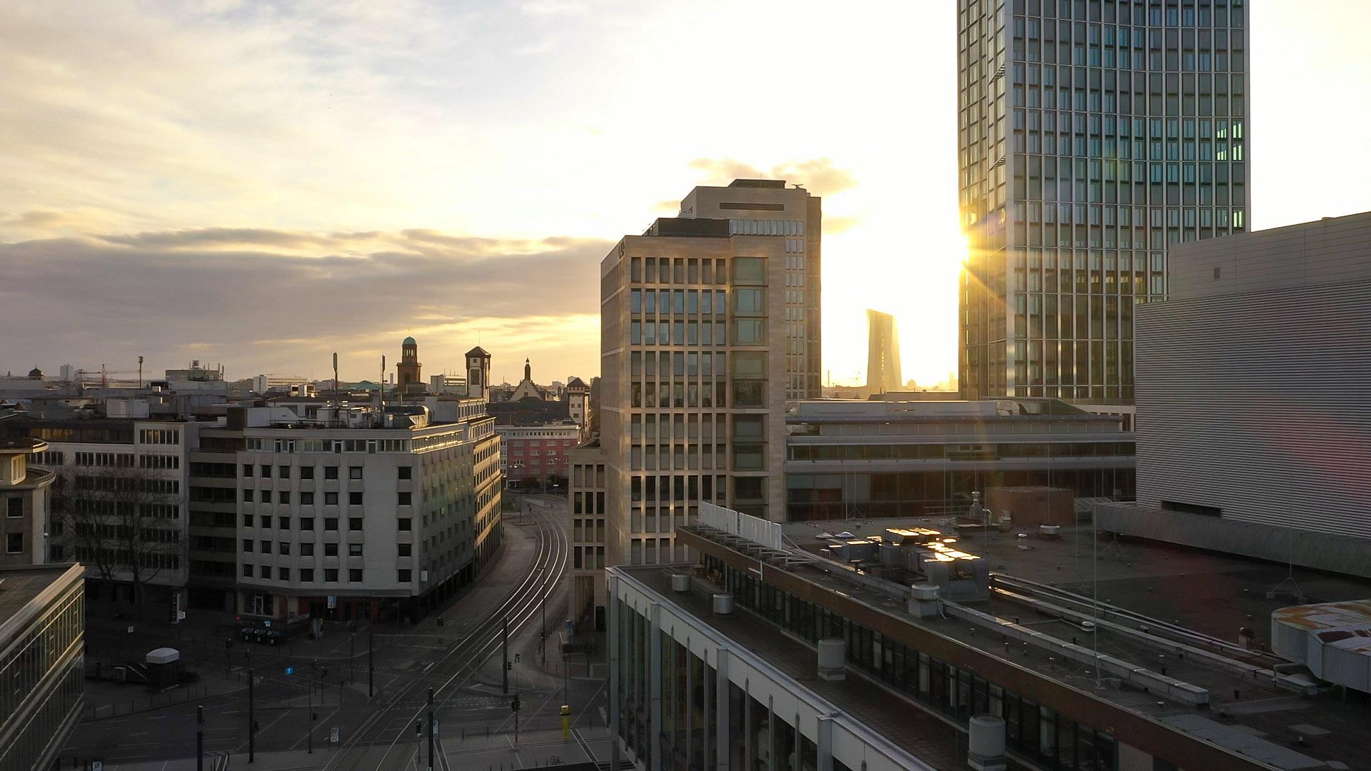 Panoramaaufname Frankfurt - Stockfoto Frankfurt Hochhäuser - Sonnenuntergang Frankfurt