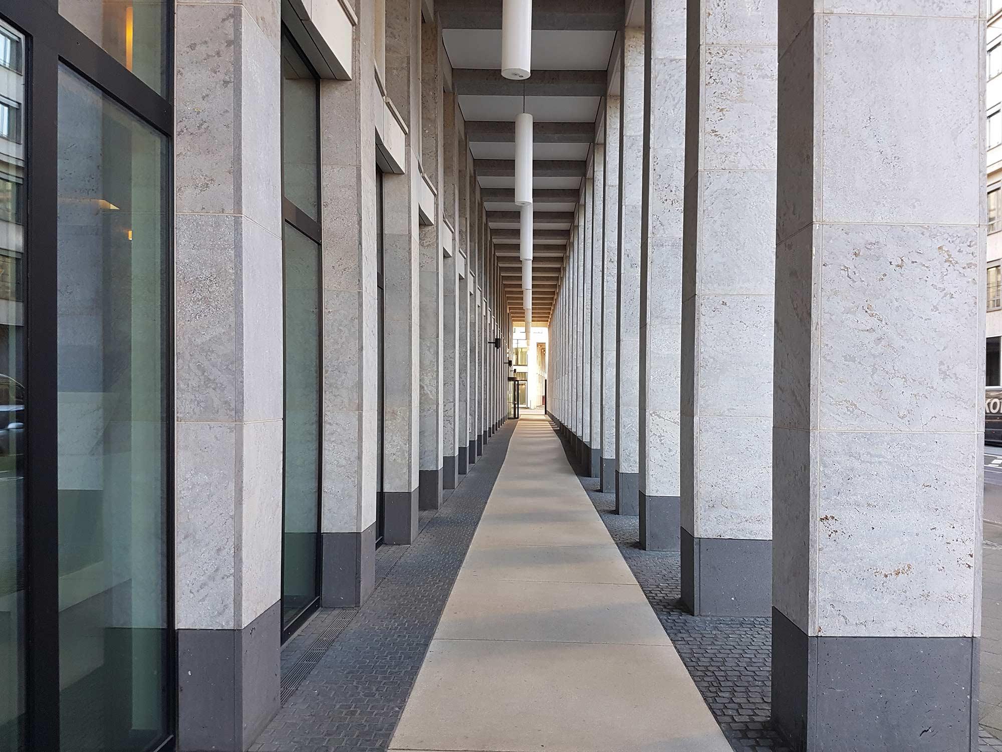 Frankfurt MainTor Porta Hochhaus - Arkadengang - KSP Jürgen Engel Architekten