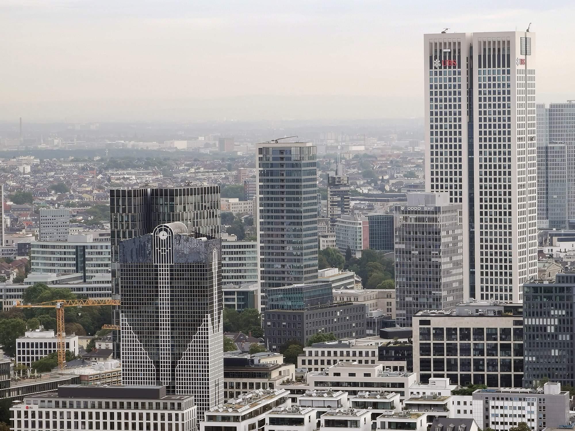 Park Tower in Frankfurt am Main - Hochhaus am Rothschildpark - Büroturm am Reuterweg Westedn - Moderner Wolkenkratzer