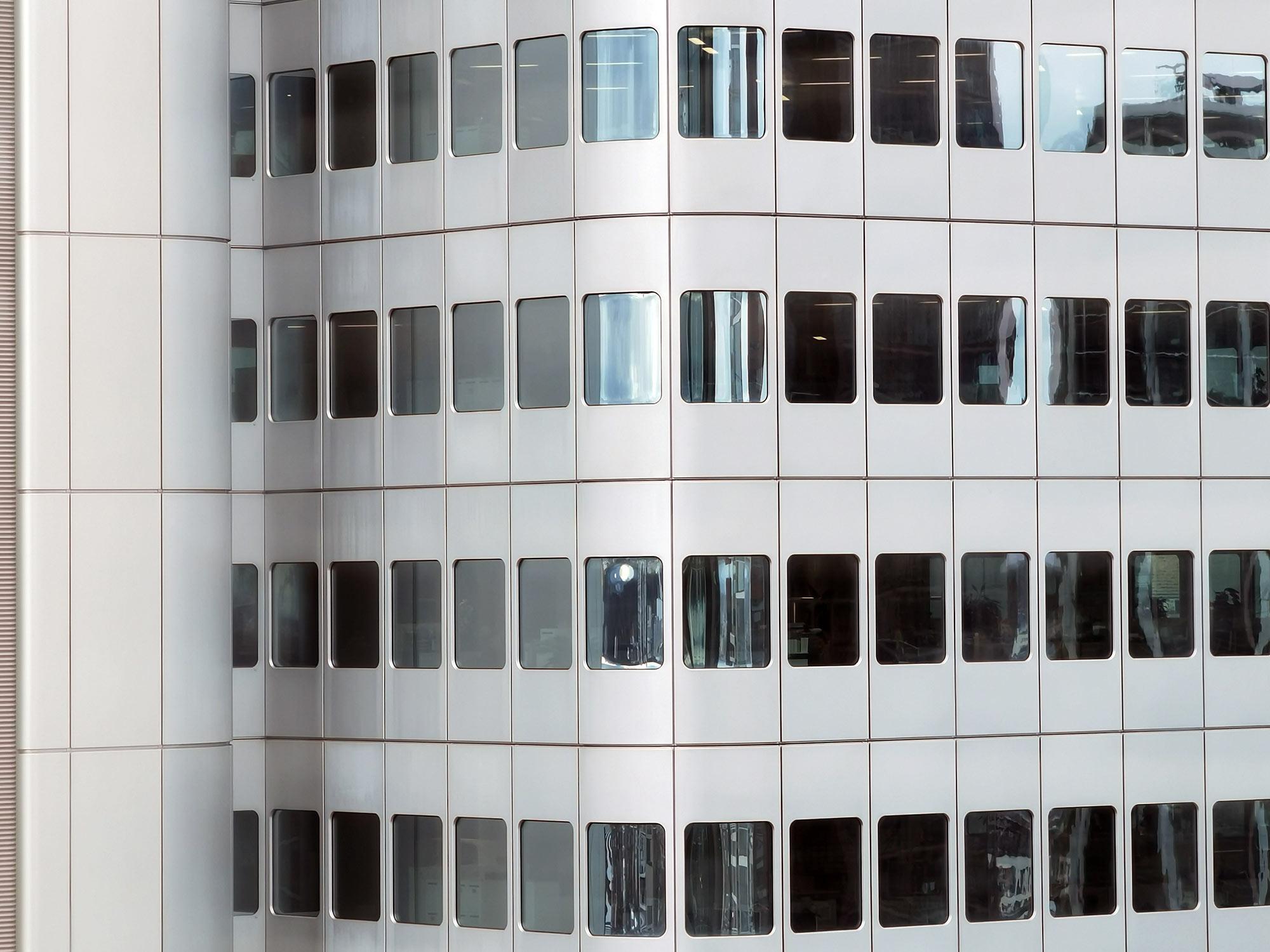 Silver Tower Frankfurt am Main - Deutsche Bahn Frankfurt - Turm mit silberner Fassade - Fenster