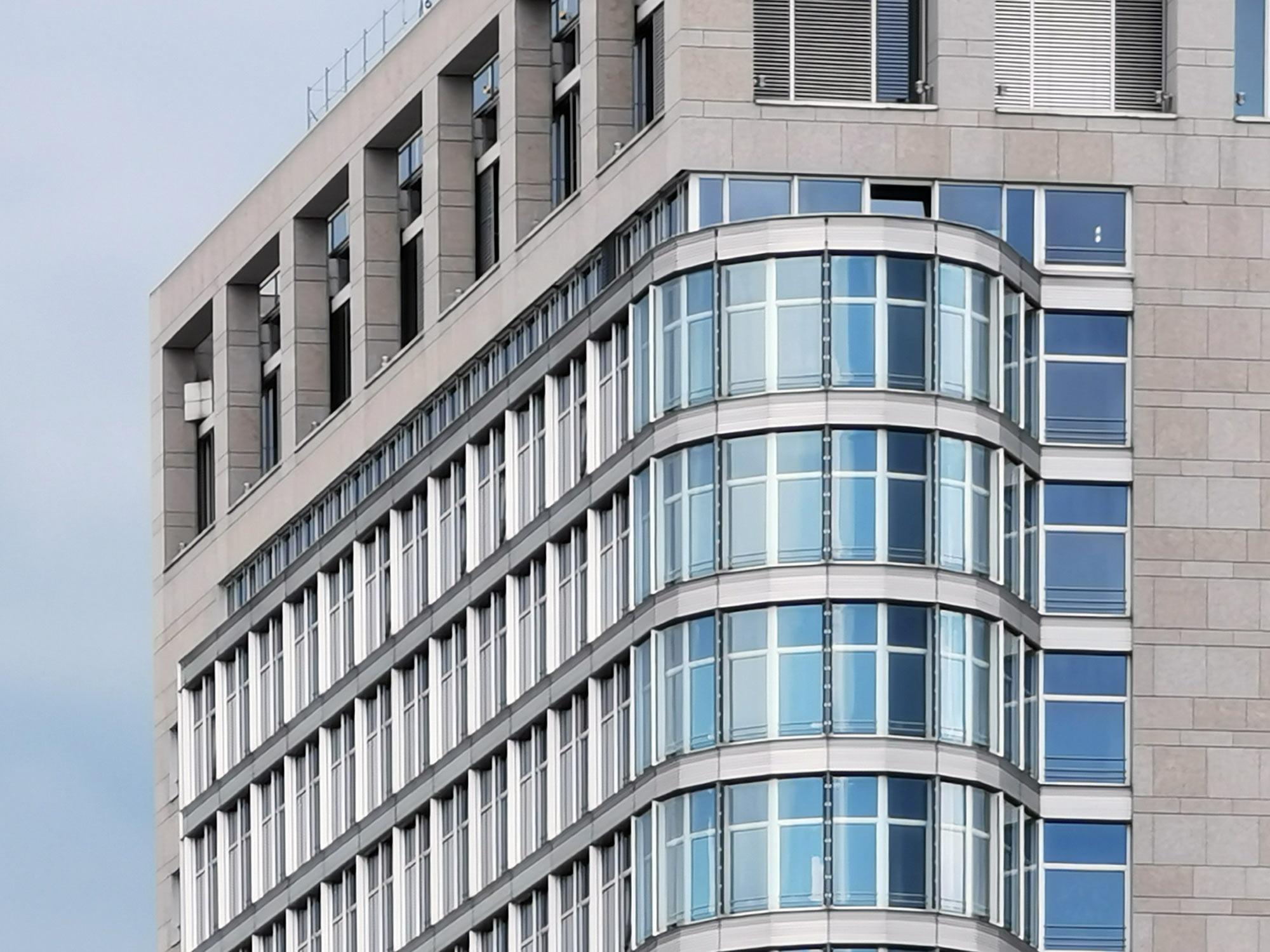 Light Tower der Deka Immobilienfonds - Fassade - Meyer Schmitz Morkramer - Hochhaus Ostend Frankfurt Bürofassade