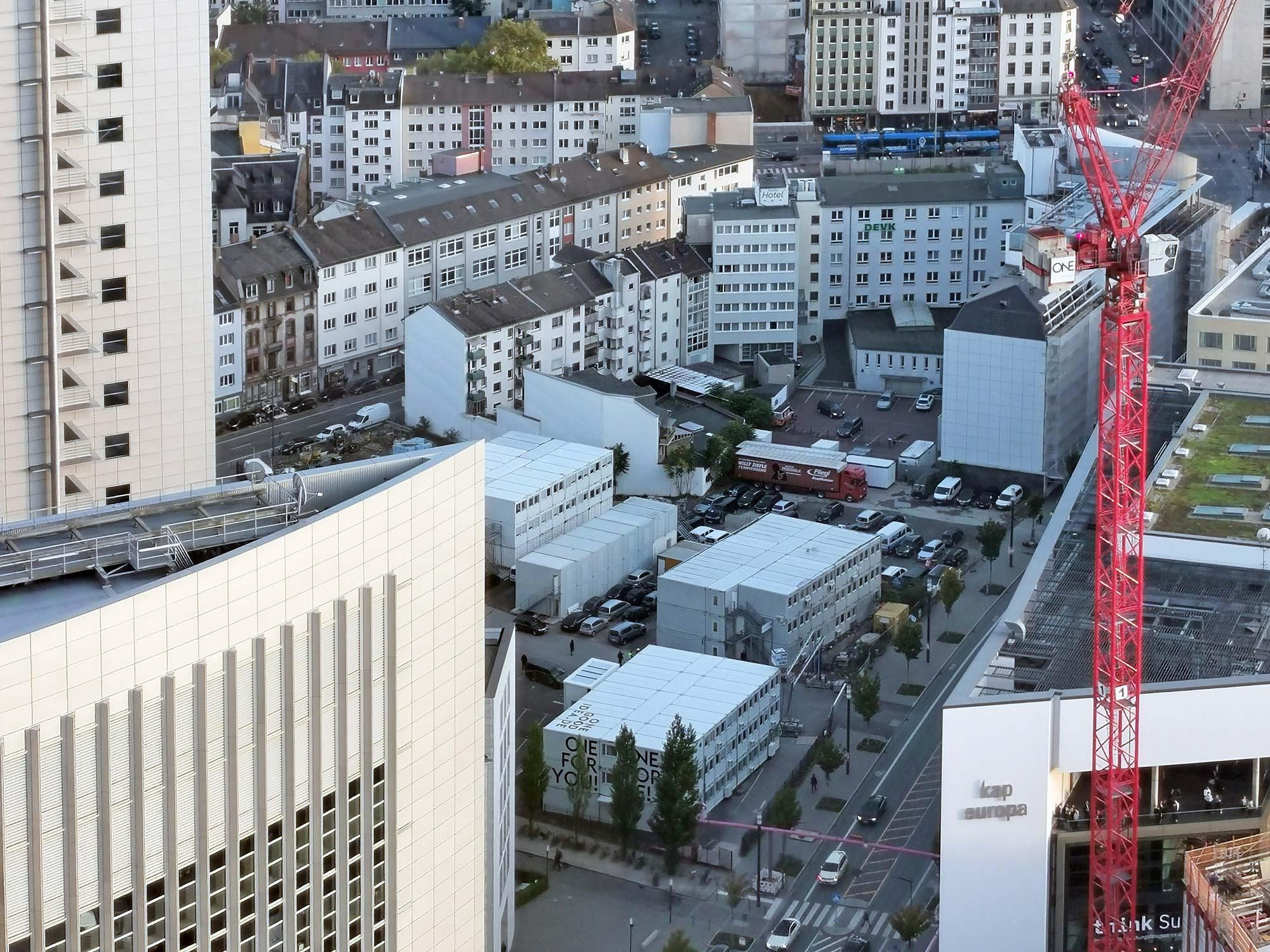 Millenium Tower Frankfurt - zukünftige Baustelle mit Baucontainern