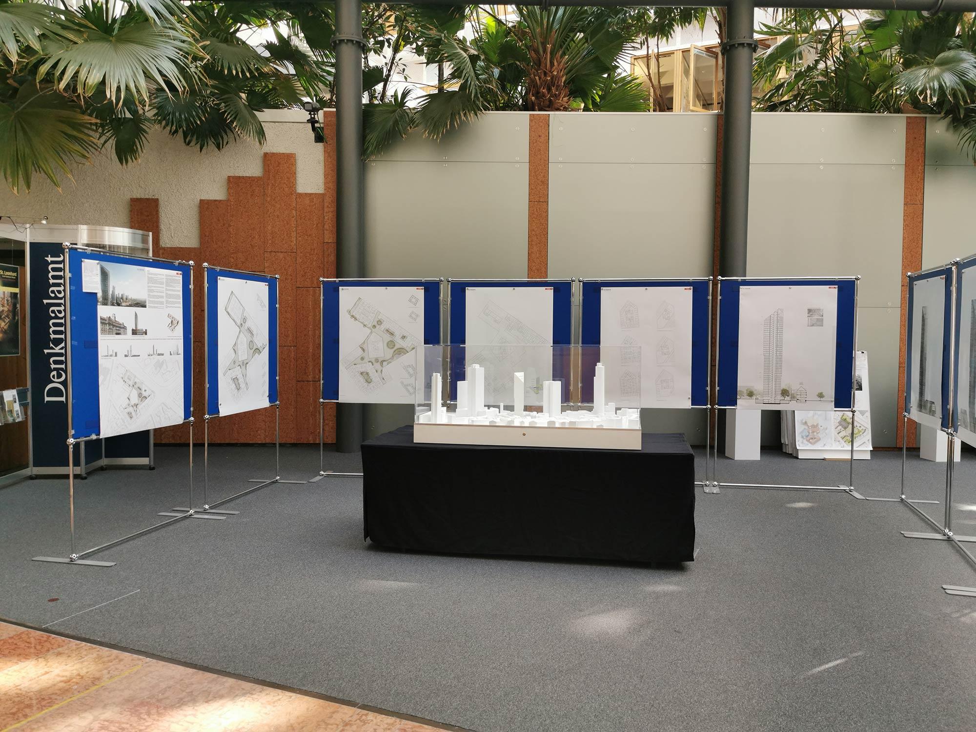 Atrium Stadtplanungsamt - Ausstellung der Ergebnisse des Architekturwettbewerbs zum Projekt Das Präsidium - Foyer Planungsdezernat